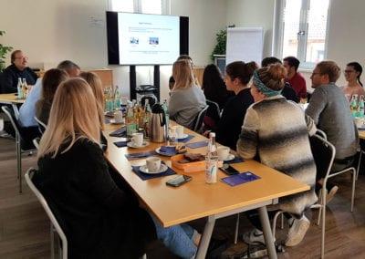 Prof. Dr. Axel Barth (TH Rosenheim) mit seinen Studenten im Showroom.Telemedizin.Bayern am Dienstag, 19. November 2019